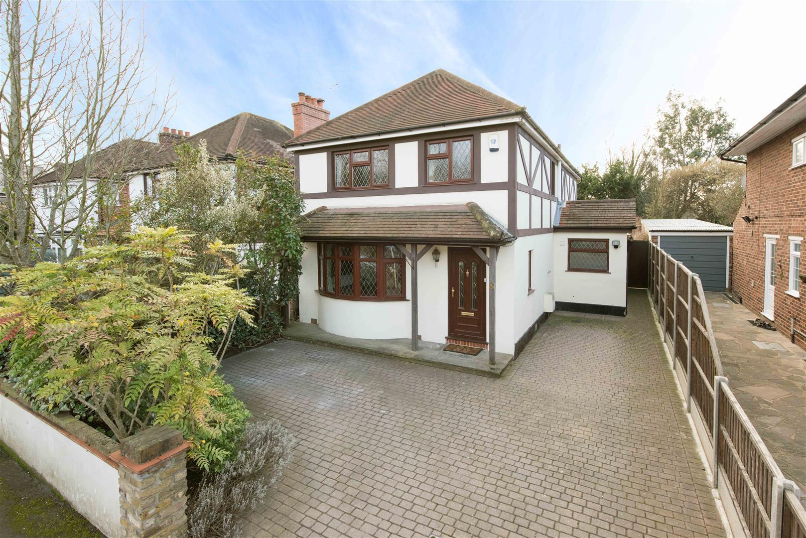 3 Bedrooms Detached House for sale in Felcott Road, Hersham, Walton-On-Thames